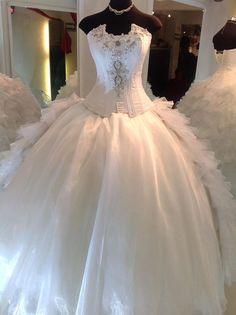 Precioso vestido ampon para tu boda con un elegante corse de Eos Cordero encuentralo en ExpoNupcias 25 y 26 de Octubre Palacio de los Deportes
