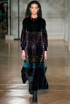 Guarda la sfilata di moda Valentino a Parigi e scopri la collezione di  abiti e accessori db8a84eab85