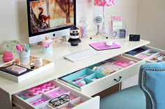 Dorm Decorating Basics Every College Student Needs To Know! – Dani Lang Dorm Decorating Basics Every College Student Needs To Know! cute desk organization for teen girl's bedroom Dream Rooms, Dream Bedroom, Warm Bedroom, Pretty Bedroom, Bedroom Black, Diy Bureau, Cute Desk Organization, Crayon Organization, College Organization