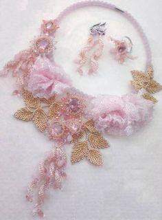 Схема и описание плетения колье из бисера, серег и кольца в нежных розовых тонах