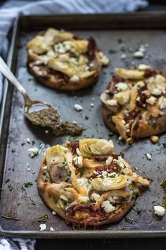 These mini naan pizzas are loaded with pesto, chicken, sundried tomatoes, artichokes, and feta! Fancy Appetizers, Feta Pizza, Naan Pizza, Artichoke Pizza, Artichoke Chicken, Pizza Calzone Recipe, Yummy Eats, Yummy Food, Kitchens
