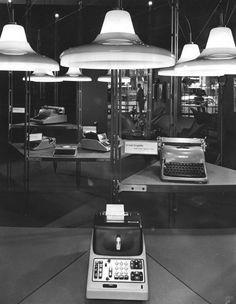Olivetti, storia di un'impresa - Interno del negozio Olivetti di Parigi allestito da Franco Albini