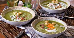 Sopa de ervilhas com alface e ovo escalfado