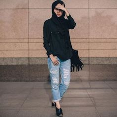 Wearing stylish jeans with hijab fashion will give you a chic and stylish look. There are many ways to wear jeans with hijab. But finding the perfect pair of stylish jeans to wear with hijab…Read Hijab Casual, Hijab Chic, Casual Outfits, Stylish Hijab, Stylish Jeans, Casual Chic, Ootd Hijab, Street Hijab Fashion, Muslim Fashion