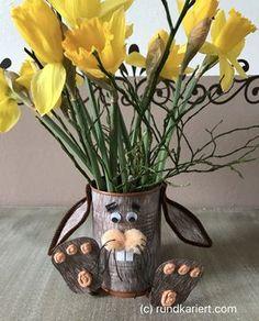 Bald steht Ostern vor der Tür und man kann nie früh genug anfangen, sich um die Deko zu kümmern. Heue stelle ich euch eine Vase vor, die ihr aus einer Konservendose basteln könnt. Materialien: Kons… Diy Ostern, Planter Pots, Easter, Toys, Crafts, Home Decor, Advent, School, Pom Poms