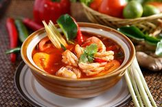 How to Make Tom Yum Soup for Enjoying Thailand Cuisine At Home Easy Soup Recipes, Easy Chicken Recipes, Seafood Recipes, Cooking Recipes, Shrimp Soup, Spicy Shrimp, Thai Shrimp, Filipino Recipes, Asian Recipes