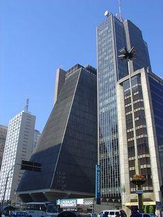 Avenida Paulista, São Paulo, SP, com o prédio da FIESP (Federação das Indústrias de São Paulo)  no centro da foto.