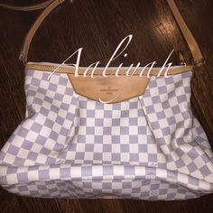 """Authentic Louis Vuitton Siracusa MM Guaranteed authentic!! Love this bag but not enough room! Has some pen marks on the inside shown in the picture and on the strap. there are some watermarks shown on in the pictures. The Inside is perfect!!This bag is well cared for and smoke free!! Measurements are estimated L 14.5 """"H 10.5"""" W 4.5"""" W strap 18""""-21"""" about. This is a $1590 bag. Please ask for more detail before purchasing! Lower on Mer(car)I Louis Vuitton Bags"""