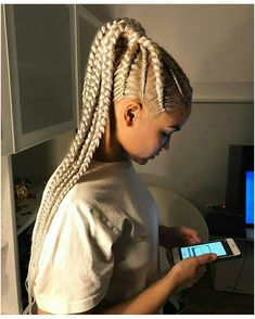 All styles of box braids to sublimate her hair afro On long box braids, everything is allowed! For fans of all kinds of buns, Afro braids in XXL bun bun work as well as the low glamorous bun Zoe Kravitz. Natural Hair Box Braids, Blonde Box Braids, White Girl Braids, White Girl Cornrows, Box Braids Hairstyles, Summer Hairstyles, Girl Hairstyles, Cornrow Hairstyles White, Corn Row Hairstyles