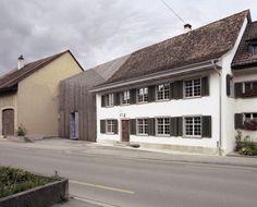 Een strakke elegante uitbouw naast het traditioneel Zwitserse Haus zur Blume in het Löhningen. Een fijn ontwerp van Marazzi Reinhardt.