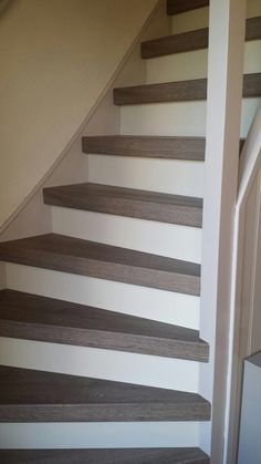 Pvc grijs eiken trap renovatie www. Painted Staircases, Painted Stairs, Stairs And Doors, House Stairs, Wood Like Tile, Stair Renovation, Welcome To My House, Steps Design, Interior Stairs
