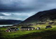 02_view_of_houses_and_church_at_the_settlement_of_igaliku_where_building_stones_from_the_norse_ruins_have_been_incorporated_into_the_inuit_farmers_houses_0.jpg (960×678)