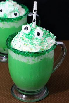 Halloween parties are no joke, which is why your Halloween desserts need to stand out. These Halloween treats are just the right amount of freaky and fun, and are sure to satisfy any party-goer who rings that doorbell. Halloween Cocktails, Halloween Desserts, Halloween Drinks Kids, Halloween Bebes, Fete Halloween, Halloween Dinner, Halloween Food For Party, Holiday Drinks, Easy Halloween