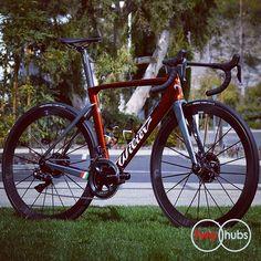 Ramato disc or rim brakes? Your choice. Choose wisely! #twohubs #bikeporn #wilier #wiliertriestina #cento10air #ramato #copper #italia #alabarda #longliveitalyliberatedandredeemed #shimano #duraace #di2 #r9170 #lightweight #meilenstein #meilensteindisc #meilensteindisc24 #madeingermany #madeingermany #disc #roaddisc #fizik #fiziksaddle