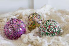 Bolas de natal com restos de lápis de cera / Christmas ornaments with crayon scraps