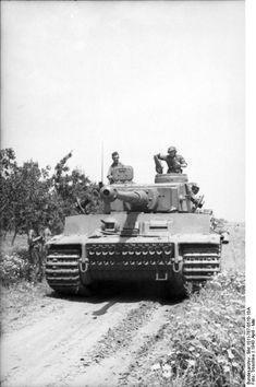 German Tiger I heavy tank in Tunisia, Apr-May 1943 (Photographer Troschke, German Federal Archive) #tanks #worldwar2