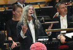"""LOS ANGELES (AP) — Patti Smith dijo que cuando no pudo seguir cantando """"A Hard Rain's A-Gonna Fall"""" de Bob Dylan en la ceremonia del Premio Nobel la semana pasada, fue porque estaba sobrecogida por los nervios ante la grandeza de la experiencia, no porque se le olvidara la letra."""