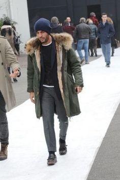 Emparejar una parka verde oscuro con un pantalón de vestir de lana gris oscuro es una opción buena para una apariencia clásica y refinada. ¿Te sientes valiente? Completa tu atuendo con zapatos con doble hebilla de cuero negros.