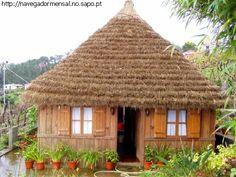 A casa típica de S. Jorge. Casa típica de Santana. É mais divulgada e conhecida a casa típica de Santana. Mas este conselho tem na freguesia de S. Jorge, um outro tipo de casa típica. Mais alta, colmo de quatro águas e de madeira à volta.