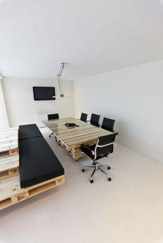 Sala de reuniões com mesa e assento feito em pallets da The BrandBase Pallet