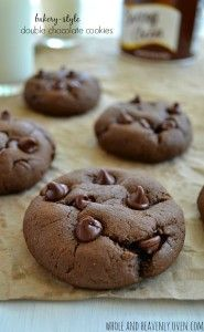 Bakery-Style Double Chocolate Cookies Soft, chewy and loaded to the max with chocolate, these addicting chocolate cookies rival the bakery ones! Cookie Desserts, Just Desserts, Cookie Recipes, Delicious Desserts, Dessert Recipes, Yummy Food, Vanilla Desserts, Top Recipes, Yummy Cookies