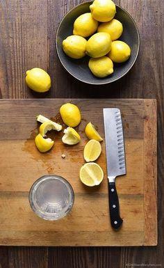 作り方はとても簡単です。 コップ1杯の水もしくは白湯にレモン汁を絞る、これだけです。