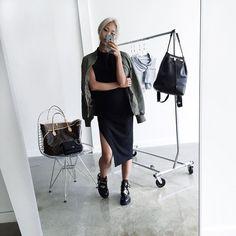 """Pin for Later: 44 Styling-Tipps für das """"kleine Schwarze"""" Kleid Mit einer Bomber-Jacke"""