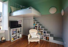 Un aménagement astucieux de chambre d'amis dans un petit espace. Le lit en hauteur et les rangement sous l'escalier vous donnerons peut être des idées...Les autres pièces de cette maison sont visible sur cette page.