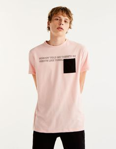 T-shirt with slogan and contrasting pocket - T-shirts - Clothing - Man - PULL&BEAR Portugal New T Shirt Design, Shirt Print Design, Tee Design, Shirt Designs, Polo T Shirts, Kids Shirts, Geile T-shirts, Summer Outfits For Teens, Mode Editorials