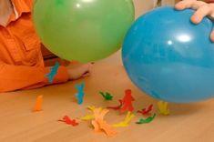 Experimento infantil para hacer volar hombrecillos de papel paso final