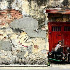 Na 2ª foto de terça, arte de rua de Ernest Zacharevic, em Peinang, Malásia  #arquitetura #arte #art #artlover #design #architecturelover #instagood #instacool #instadesign #instadaily #projetocompartilhar #shareproject #davidguerra #arquiteturadavidguerra #arquiteturaedesign #instabestu #decor #architect #criative #photo #decoracion  #ernestzacharevic #motorcycle