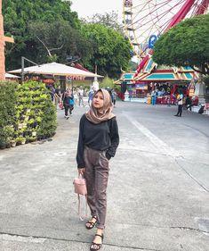 Ootd hijab baju hitam Ootd Hijab, Parachute Pants, Outfits, Style, Fashion, Swag, Moda, Suits, Fashion Styles