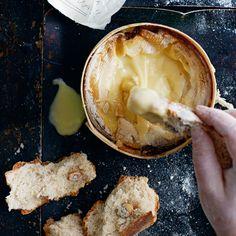"""Maailman helpoin """"fondue"""" syntyy ranskalaisesta, raakamaidosta tehdystä Vacherin Mont d'Orista. Juustokiekko lämmitetään omassa rasiassaan...."""