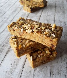 These protein bars are ideal for a snack and perfect for those who go to the gym because they are rich in fiber, protein, omega 3 fatty acids and vitamins Protein Bars, Banana Bread, Delicious Desserts, Sugar, Homemade, Healthy, Easy, Food, Banana
