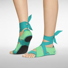 Not quite shoes but still very cool. I always have trouble not sliding when doing yoga. And my feet are so sensitive, walking barefoot is almost painful Michelle Lewin, Sport Fashion, Fitness Fashion, Dance Fashion, Weight Lifting, Spinning, Crossfit Baby, Under Armour, Yoga Shoes