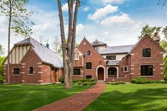 A beautiful private brick home in Illinois featuring Glen-Gery's Patriot and Brown Classic bricks. This home is full of brick detail. glen gery brick home entry way brick detail architecture