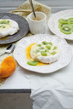 Delicious and refreshing orange Pavlova. Meringue Pavlova, Meringue Desserts, Healthy Foods To Eat, I Foods, Healthy Recipes, Dessert Recipes, Dessert Ideas, No Bake Cake, Food Photography