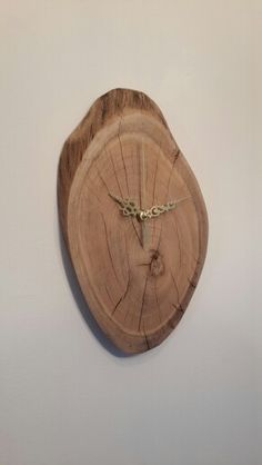 שעון עץ. Live edge wood clock