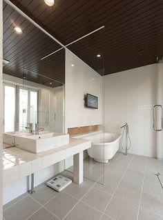 【#ミサワホームイングデザインリフォーム 】 テラスへと続く開放感のあるバスルーム。洗面コーナーは、タイルカウンターにベッセル型の洗面ボウルを置いて。 天井までの一面鏡がやガラスのパーテーションが空間の広がりを演出しています。バスタブはオシャレな据え置き型。 #リフォーム #リノベーション #住まい #インテリア #インテリアコーディネート #インテリアデザイン #バスルーム #洗面所 #ベッセルタイプ #タイルカウンター #サニタリールーム #ガラスパーテーション #一面鏡 #戸建リフォーム #水廻りリフォーム #ミサワホームイング #intelimia