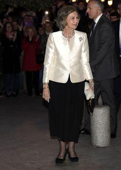 Queen Sophia, Spanish Royal Family, Smart Dress, Power Dressing, Satin Blouses, Queen Letizia, Royal Fashion, Victoria, Lady