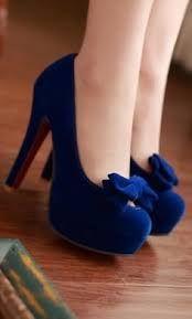 Sapato azul escuro com um laço