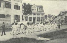 """Suriname; """"Bij lieden uit de volksklasse wordt de lijkkist veelal op een baar gedragen, door een zestal mannen in het wit, (rouwkleur) met een zwarten hoogen of ronden hoed op. Een bedienaar der begrafenissen in rok gaat vooraf. De statie wordt gevolgd door eveneens in het wit gekleede vrouwen.""""(Onze West in Beeld en Woord. Amsterdam: J.H. de Bussy, 1929)"""