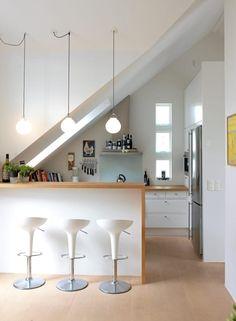 Kjøkkeninnredningen er tegnet av Tone Hammel i samarbeid med arkitekt og beboer. Lamper og stoler Expo Nova. Parkettgulvet er i lønn som er hvitpigmentert med olje. Kjøkkenet ligger i tilknytning til spisestue, men har ikke innsyn fra den øvrige delen av stuen.