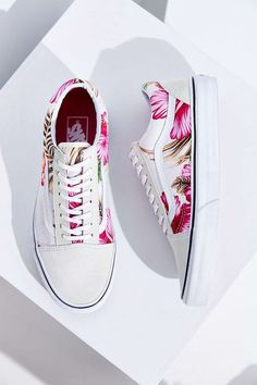 Totally into sneakers right now. Vans Hawaiian Floral Old Skool Sneaker - Urban Outfitters. Vans Sneakers, Tenis Vans, Vans Shoes, Shoes Heels, Sneakers Style, Sock Shoes, Cute Shoes, Me Too Shoes, Shoe Boots