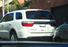 Robert Pattinson foi flagrado dando uma volta de carro por Los Angeles no dia 29 de julho. O ator estava tranquilão em seu carrão no momento dos clicks: