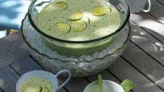 Eine richtig erfrischende und gesunde Suppe für warme Abendstunden: Kalte Zucchini-Joghurt-Suppe | http://eatsmarter.de/rezepte/kalte-zucchini-joghurt-suppe