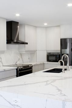 Great kitchen color schemes 2018 just on mafa homes Kitchen Colour Schemes, Color Schemes, Home Renovation, Home Remodeling, Engineered Stone, Marble Countertops, Home Kitchens, Farmhouse Kitchens, White Cabinets