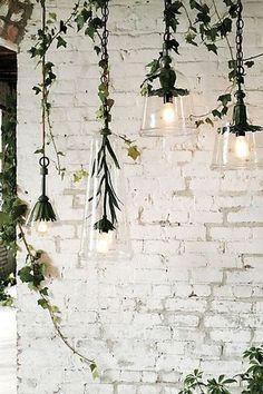 これも面白くて素敵なアイデア。  花の形の照明器具に、天井にぶら下げたアイビーを絡ませています。