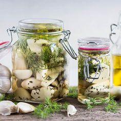 Czosnek to naturalny antybiotyk. W niewielkim zabku kryje sie szereg witamin (B1%2C B2%2C PP%2C C%2C prowitamina A) i liczne sole mineralne. Czosnek pomaga zwalczyc infekcje%2C chroni przed zawałem oraz wspiera organizm z procesach trawiennych. Wyprobuj nasz przepis na ziołowa wariacje czosnkowa.