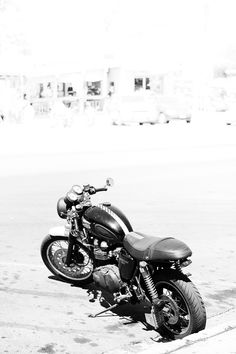 Can't decide if I want my next bike to be another cruiser or a cafe racer. I do love this Triumph.
